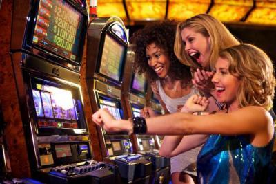 Frauen am Spielautomaten